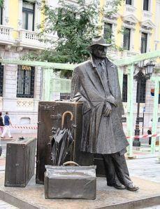 פסלים ומזרקות פזורים בכל העיר